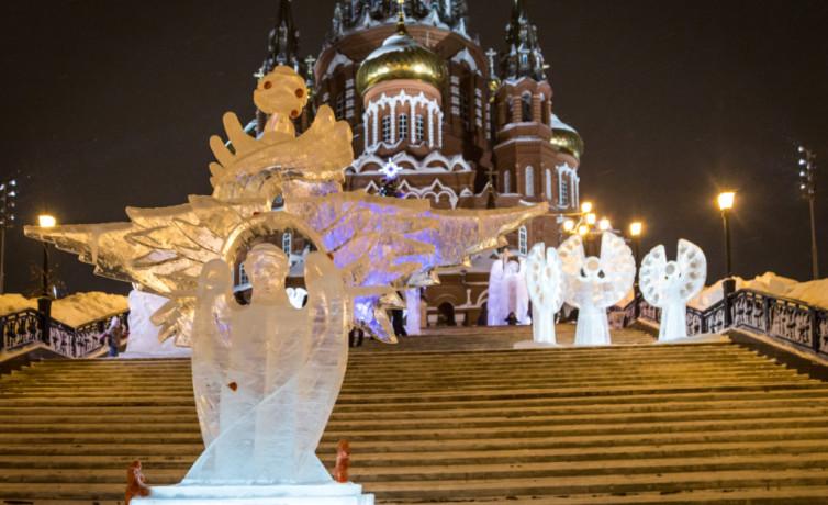 У собора открыт парк ледовых Архангелов и ангелов
