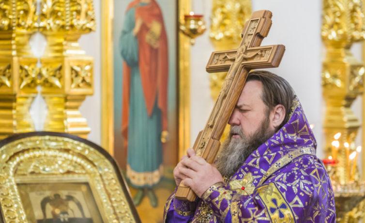 В Михайловском соборе митр. Викторин совершил чин Воздвижения Креста Господня
