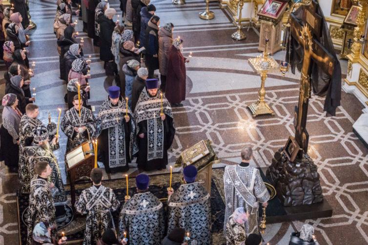 Правящий архиерей помолился за первой в этом году Пассией в кафедральном храме