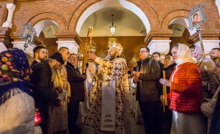 Праздничное богослужение в пасхальную ночь в кафедральном соборе